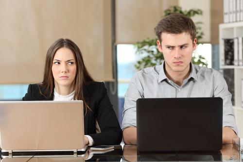パソコンに向かう気まずい男女