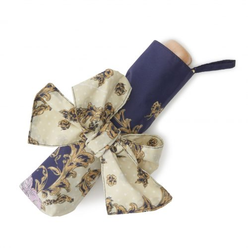 華やかなスカーフ柄の日傘ミニネイビーたたむ