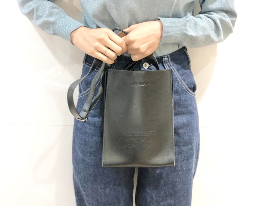 ショルダーバッグを手に持つ女性