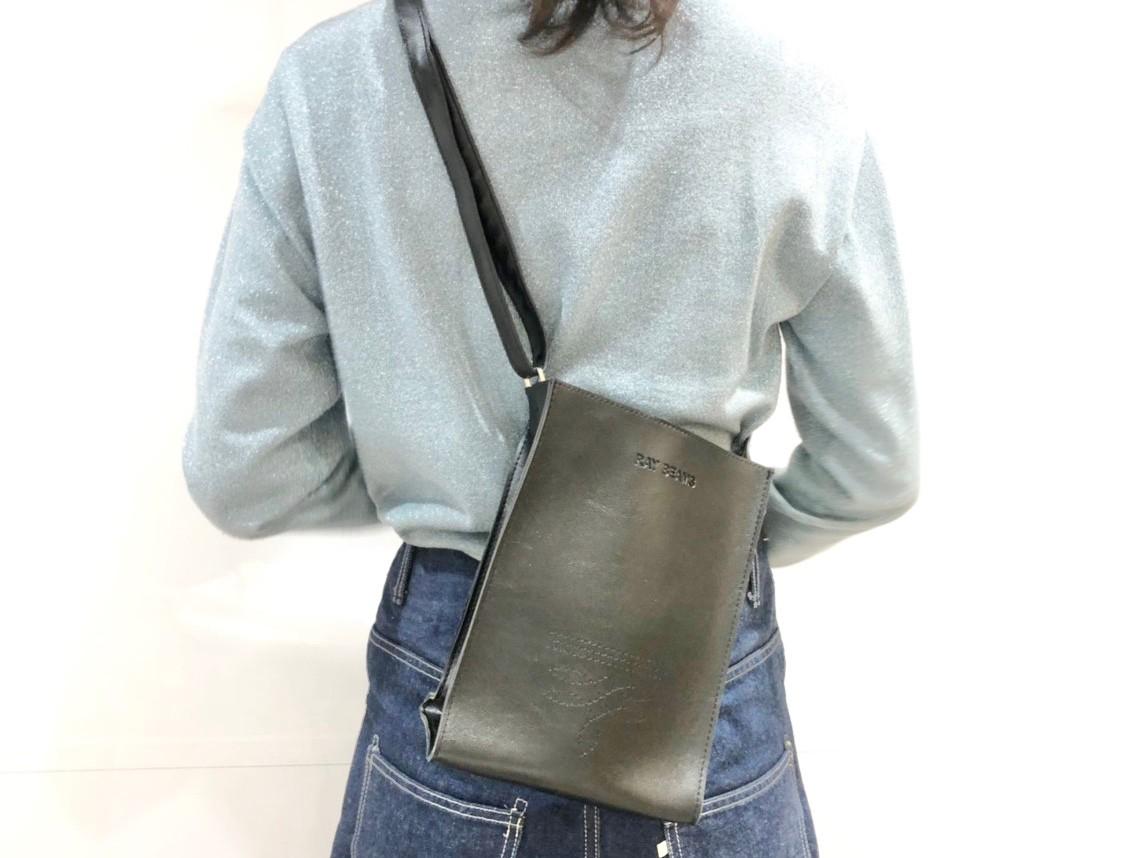 ショルダーバッグを持つ女性の後ろ姿