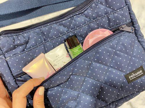 リンネル9月号通常版付録のショルダーバッグ・外側のポケットにコスメを入れたところ