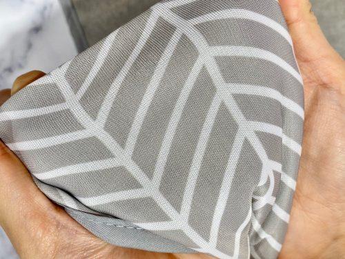 リンネル9月号増刊号付録・接触冷感タオルを手で広げているところ