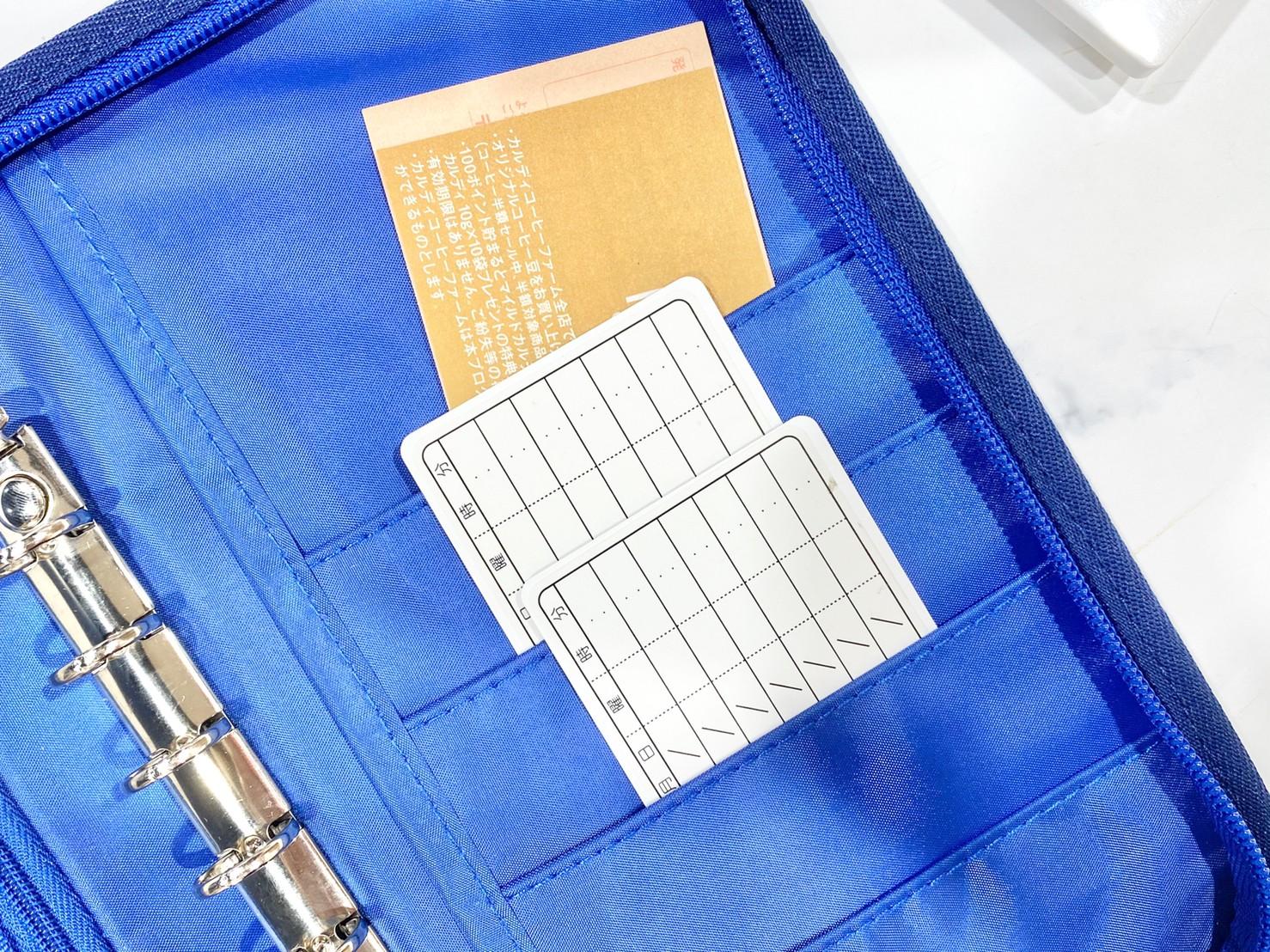 つば九郎 お金がたまるマルチポーチのカード入れにカードを入れたところ