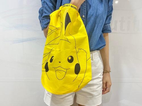 mini8月号ピカチュウ買い物バッグ手に持つ