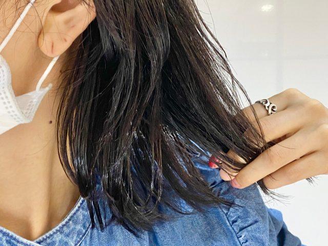 ルミナスヘア オイルを髪に散布する様子