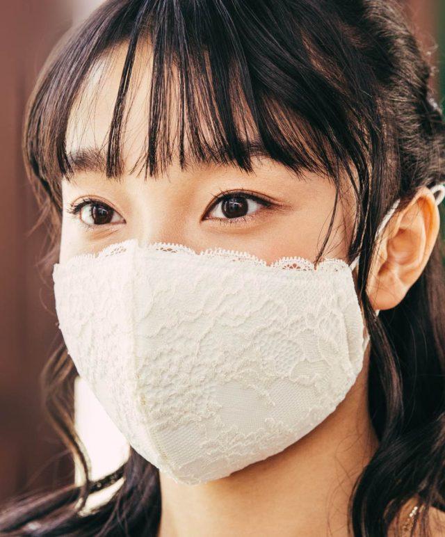 トップバリュ ブラの工場で作った レースマスクを身に付けた女性
