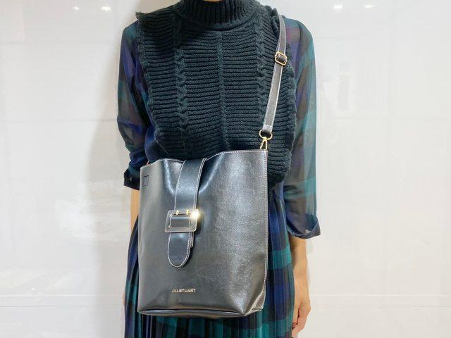 JILLSTUART 大人可愛いレザー調ショルダーバッグを身に付けて正面を向いた女性