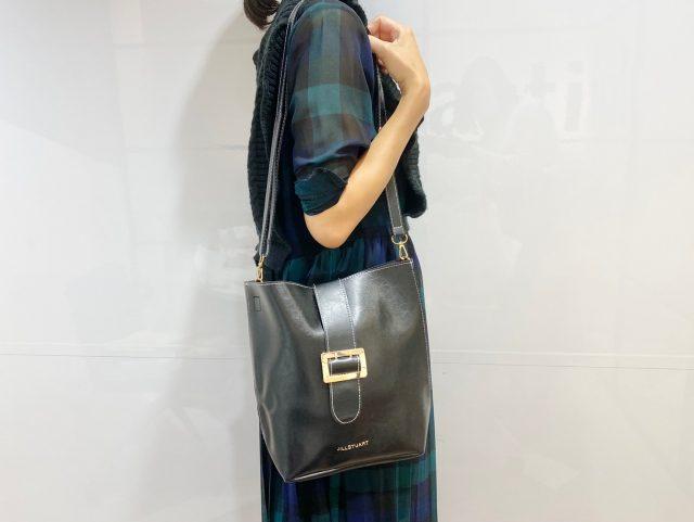 JILLSTUART 大人可愛いレザー調ショルダーバッグを身に付けて横を向いた女性
