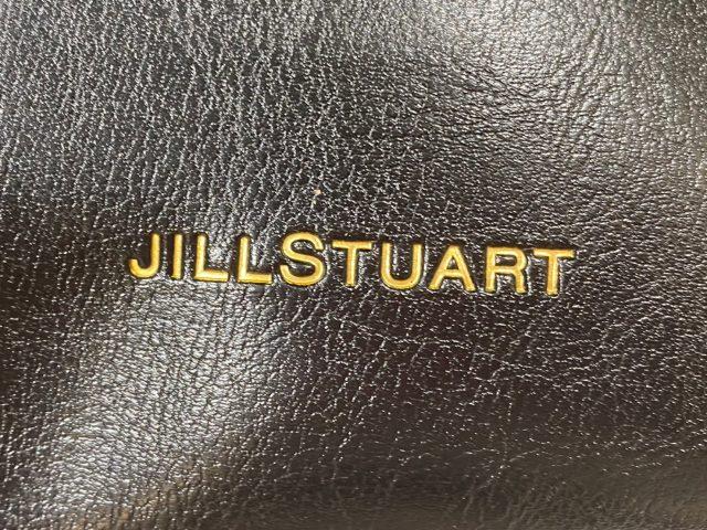 JILLSTUART 大人可愛いレザー調ショルダーバッグのブランドロゴ
