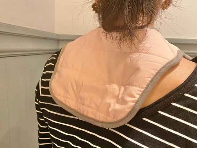 OLさんのおウチタイム温美活plus クビカタウォーマーを首に巻いた女性の後ろ姿