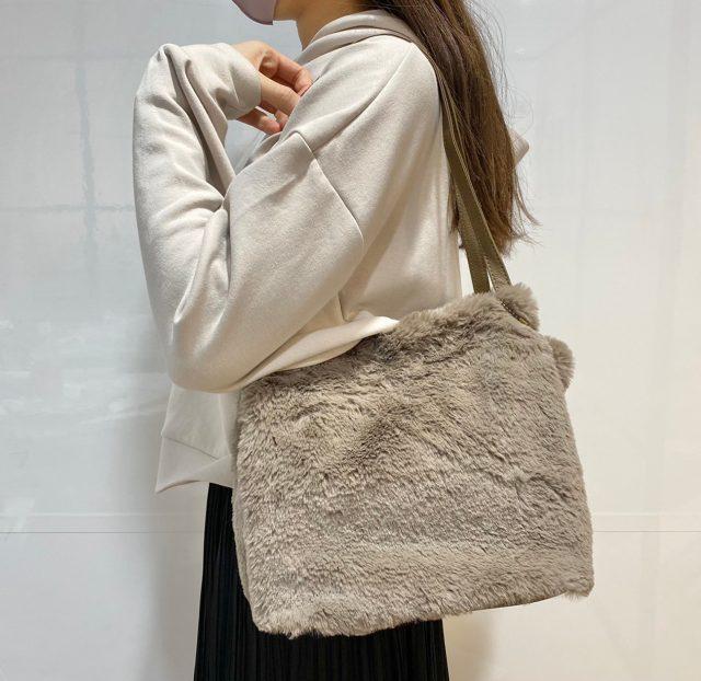 エコファーバッグを肩にかけた女性
