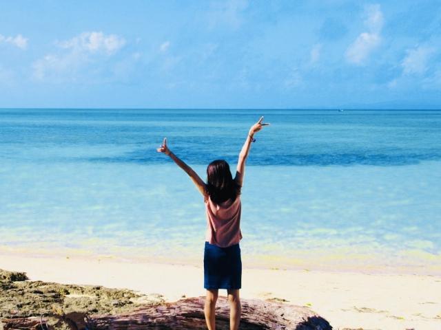 海辺で深呼吸する女性