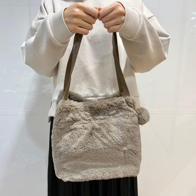 エコファーバッグを手に持った女性