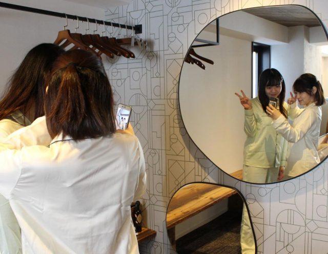 鏡の前で写真を撮る女性たち