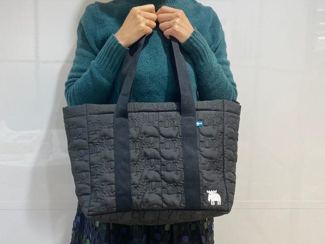 mozキルティングバッグを持った女性