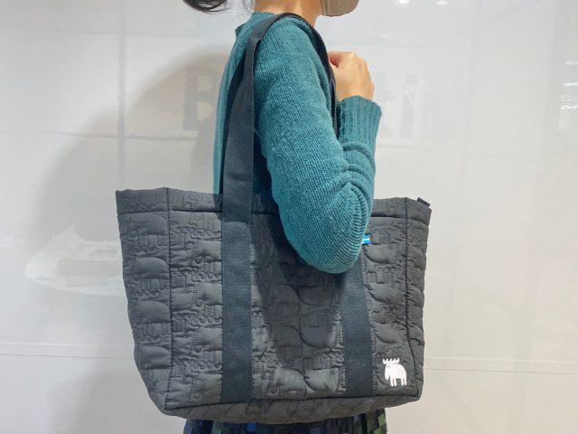 mozキルティングバッグを肩にかけた女性