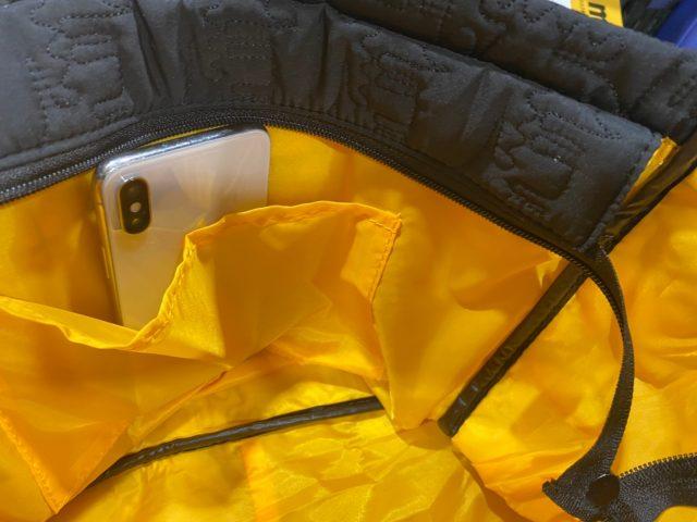 mozキルティングバッグの内ポケットにスマホを入れたところ