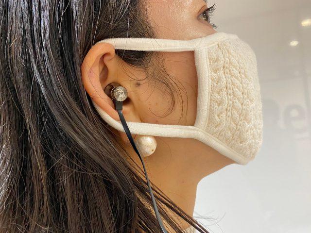 Bluetooth®対応 ワイヤレスイヤホンを耳につけた女性