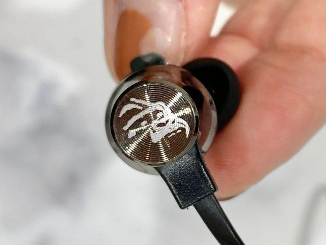 Bluetooth®対応 XLARGEワイヤレスイヤホン・イヤホン背面のデザイン