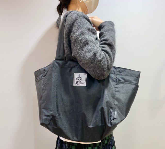ムーミン レジカゴ型エコバッグを肩にかけた女性