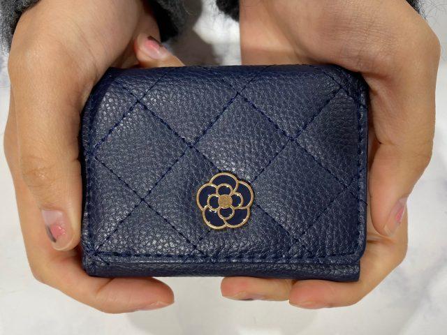 クレイサスの財布を手に持ったところ