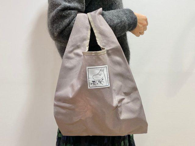 ムーミン レジバッグ型エコバッグを持った女性