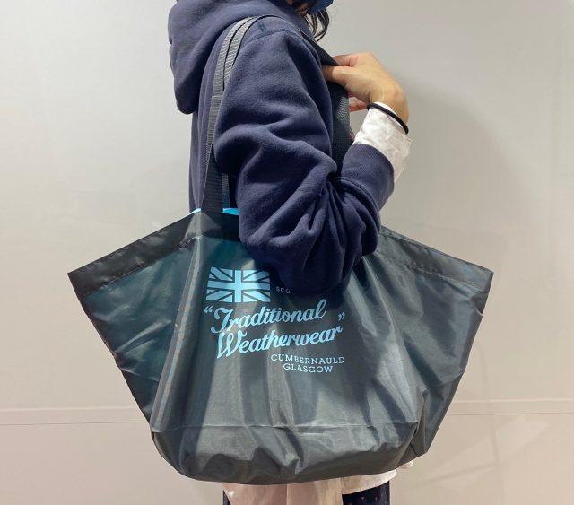 トラディショナル ウェザーウェアのエコバッグを持った女性