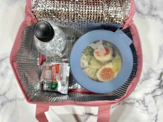 Afternoon Tea LIVING スクエア型 保冷バッグにお弁当や飲み物を入れたところ