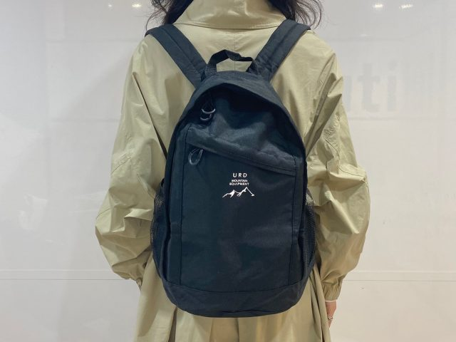 URBAN RESEARCH DOORSバックパックを背負った女性