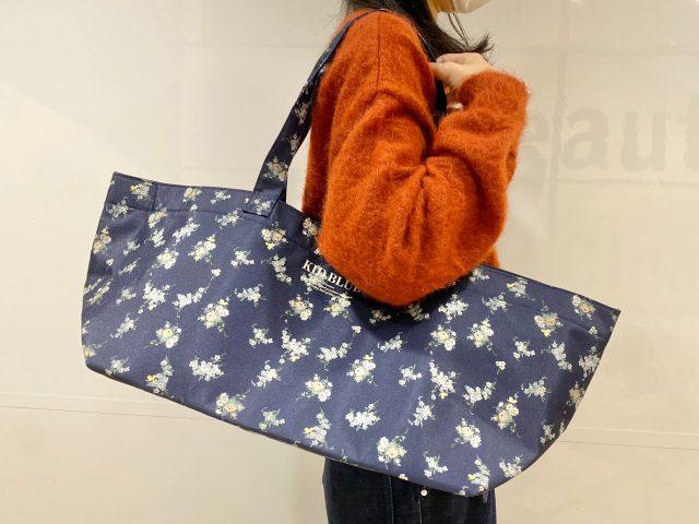 KID BLUE 保冷ができるレジカゴサイズのショッピングバッグを持った女性