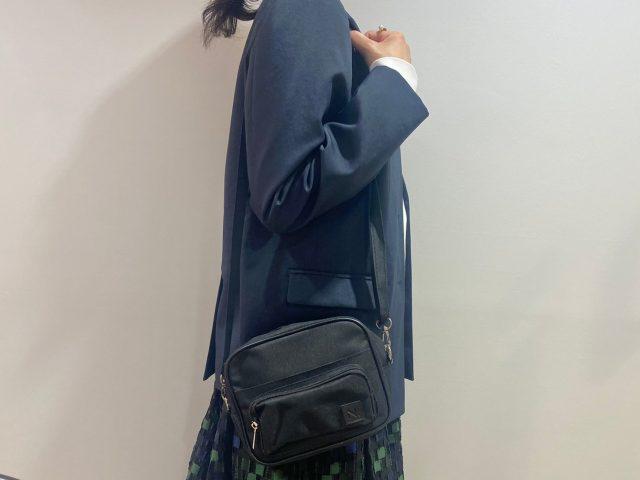 N. Natural Beauty Basic 10ポケットショルダーバッグを肩にかけた女性