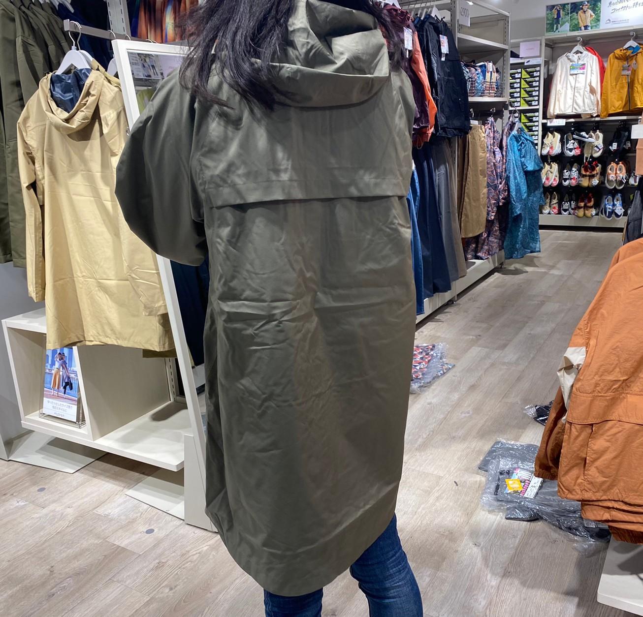 レディース高撥水フーデッドロングレインを着た後ろ姿画像