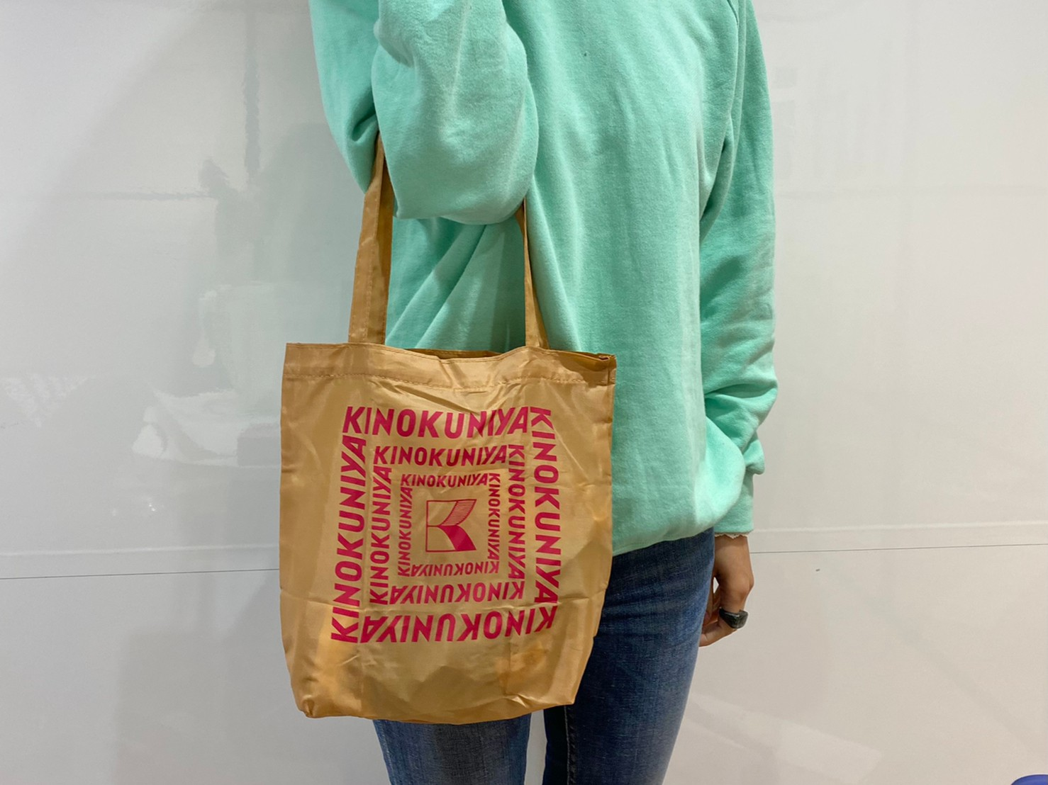 ブラウンの買い物バッグを持った画像