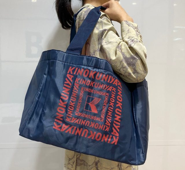 KINOKUNIYA 保冷ができるショッピングバッグを肩からかけた女性