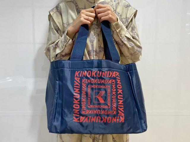 KINOKUNIYA 保冷ができるショッピングバッグを持った女性