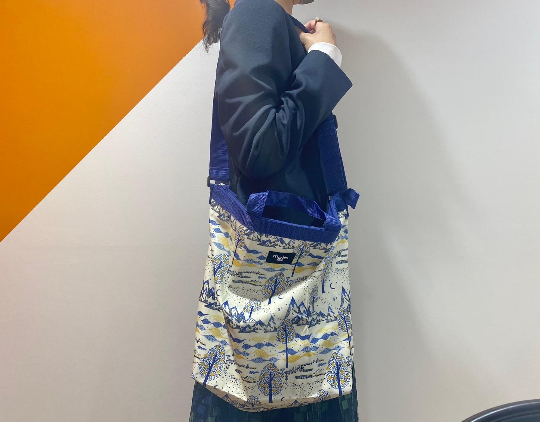 『保冷機能付き ショルダーエコバッグ』の肩掛け画像
