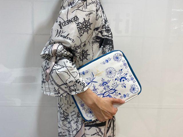 MEISSEN ブルーオニオン柄10ポケット収納ポーチを持った女性