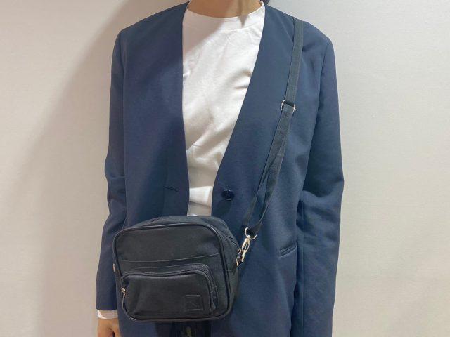 N. Natural Beauty Basic 10ポケットショルダーバッグを身に付けた女性