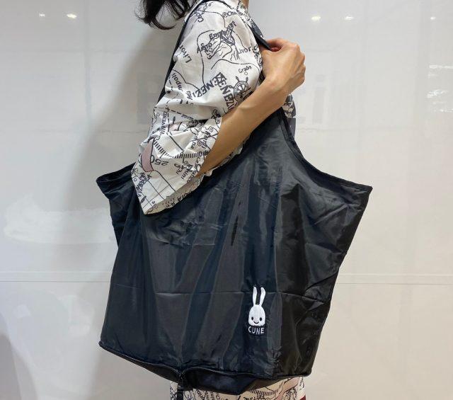 CUNE(R) ウサギワッペン付きビッグショッピングバッグを肩にかけた女性