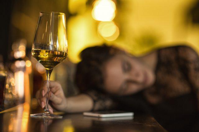 あまり聞かない名前の酒を頼んで酔っ払う女