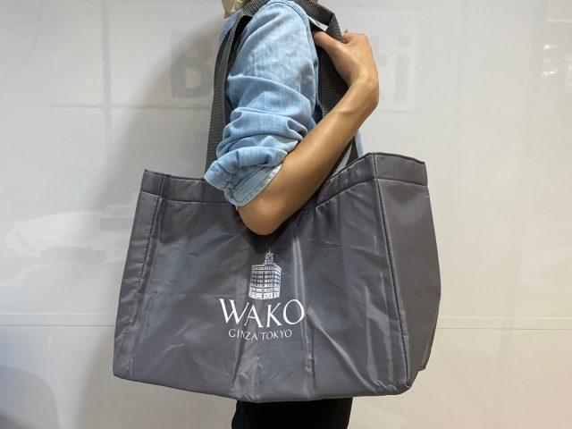 東京・銀座 WAKOお買い物が楽しくなるショッピングバッグを肩にかけた女性