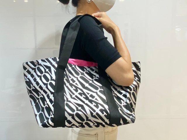 FAUCHONショッピングバッグを肩にかけた女性