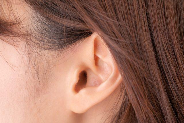 髪を耳にかける