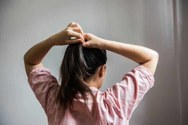 髪を束ねる