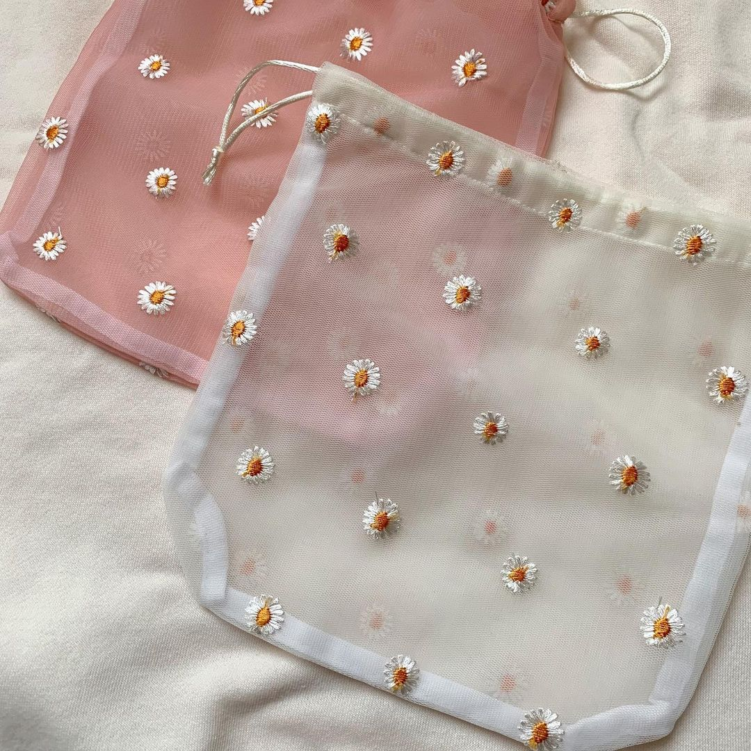 『フラワー刺繍巾着』の画像