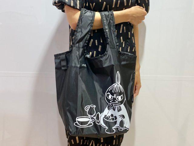 MOOMIN 毎日使える保冷ショッピングバッグを持った女性