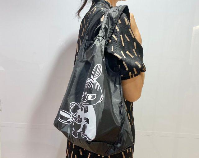 MOOMIN 毎日使える保冷ショッピングバッグをを肩にかけた女性