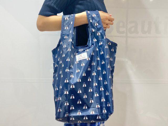 ROBERTA DI CAMERINO ショッピングバッグを持った女性